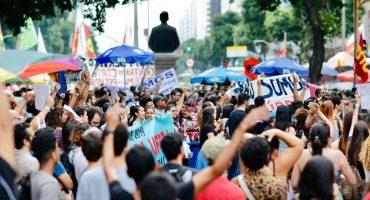Rio de Janeiro, 16h08: Manifestantes se aglomeram no Centro do Rio — Foto: Marcos Serra Lima/G1